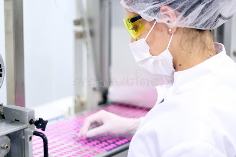 控制工厂配药质量 免版税库存照片