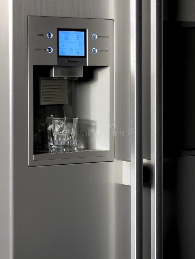 控制显示器的冰箱和与玻璃的冰分配器 免版税图库摄影