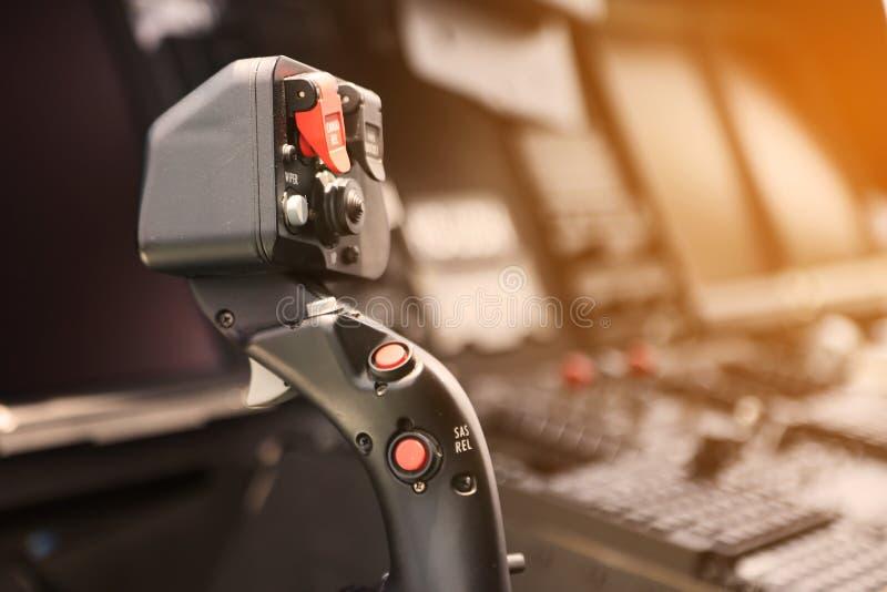 控制板和飞机的控制设备在驾驶舱内 与许多的平面驾驶舱起作用控制飞机 监测设备 免版税库存照片