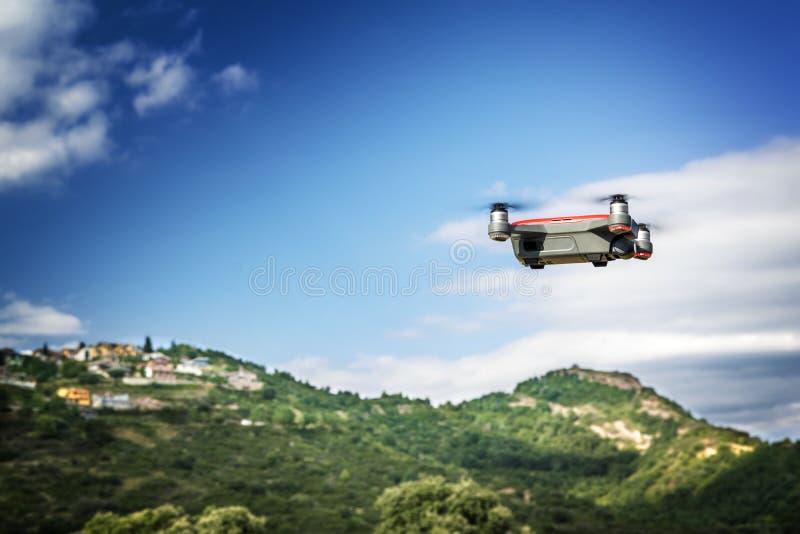 控制森林火灾的寄生虫飞行反对蓝天 空的拷贝空间 免版税图库摄影