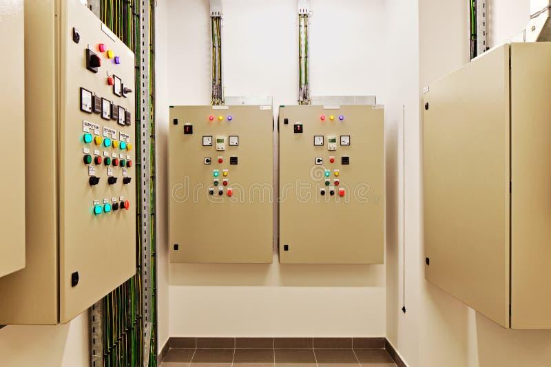 控制热、回复热,空调,轻和电能供应的电子互换机和开关 库存照片