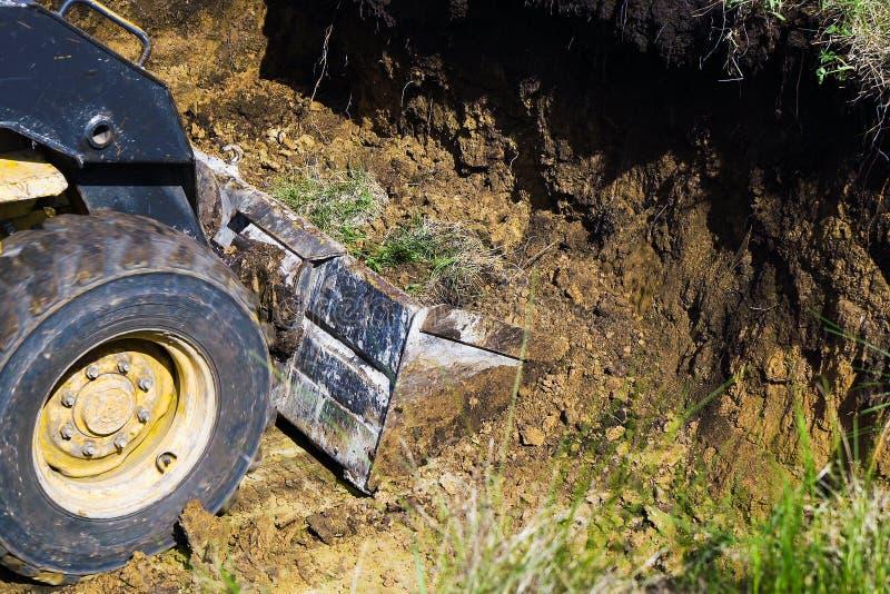 推土机桶开掘的沟槽播种的看法  免版税库存照片