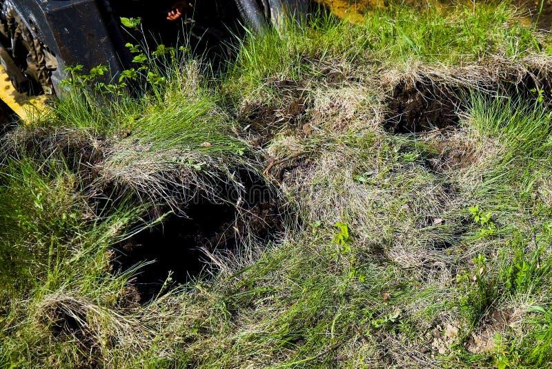 推土机被去除的象草的地面在挖掘工作期间 库存照片