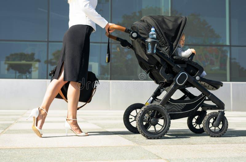 推挤在途中的企业母亲婴孩工作 免版税库存图片