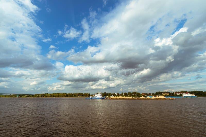 推挤沿河的拖轮一艘驳船 免版税图库摄影
