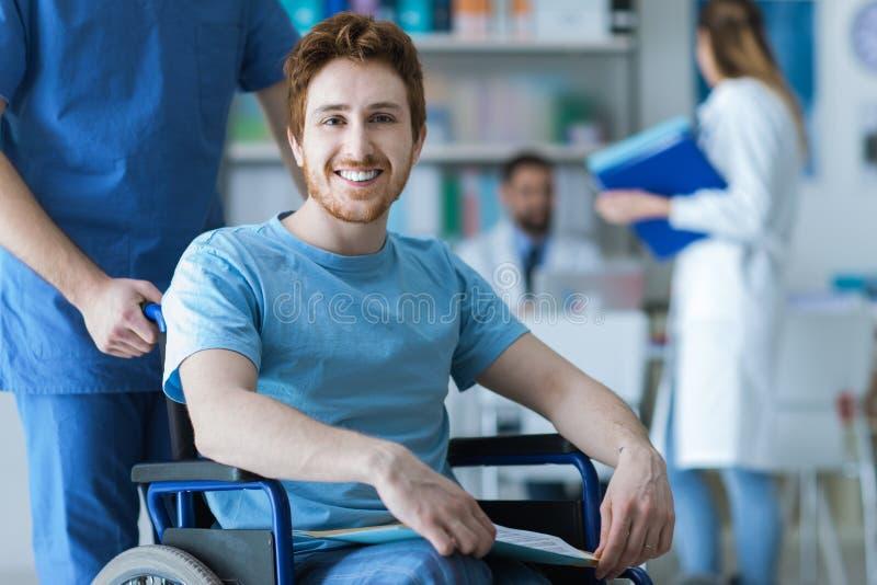 推挤轮椅的医疗保健工作者一个人 库存图片