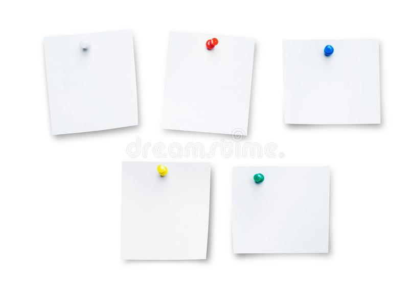 推挤Pin或纸别针在白色背景 卡片或便条纸与五颜六色的推挤别针在白色 免版税库存图片