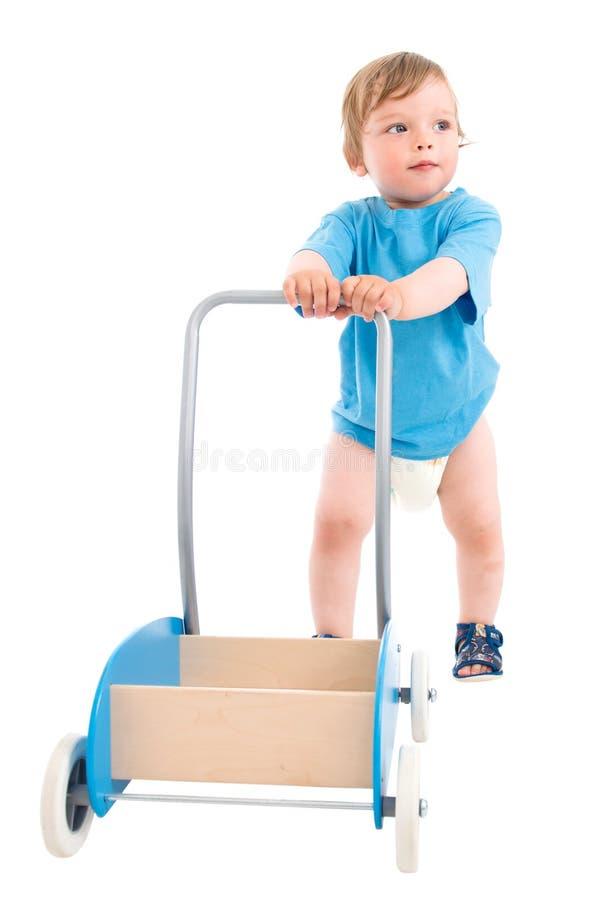 推进小木的男孩购物车 图库摄影