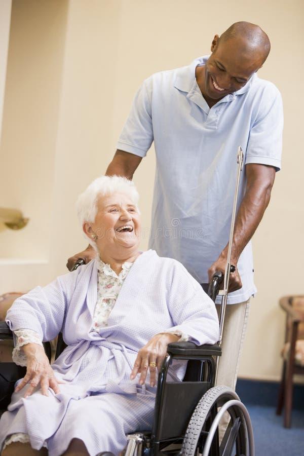 推进高级轮椅妇女的护士 库存图片