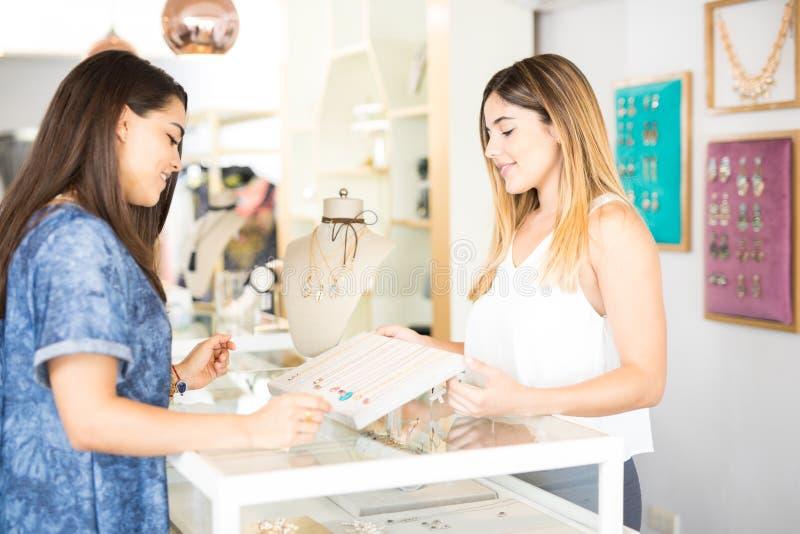 推销员和客户商店的 图库摄影