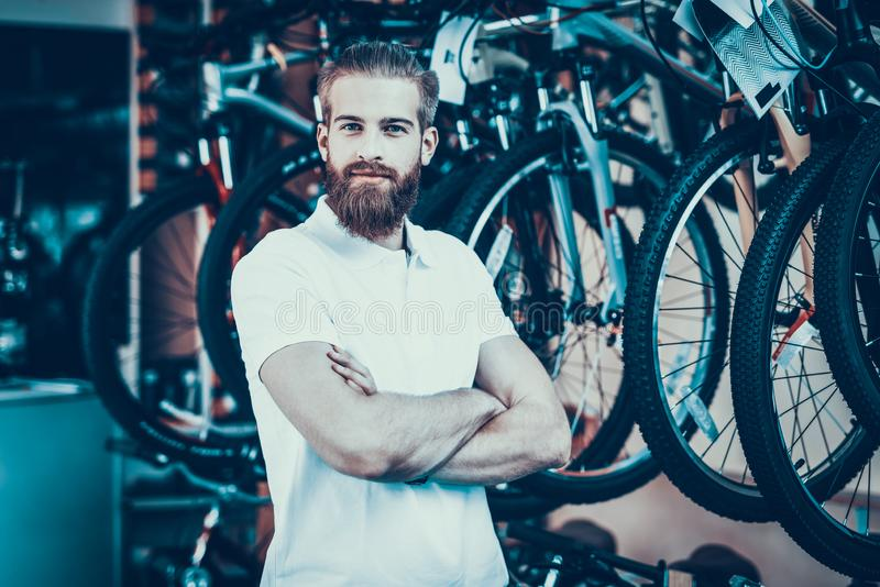 推销员用横渡的手在自行车商店摆在 免版税图库摄影