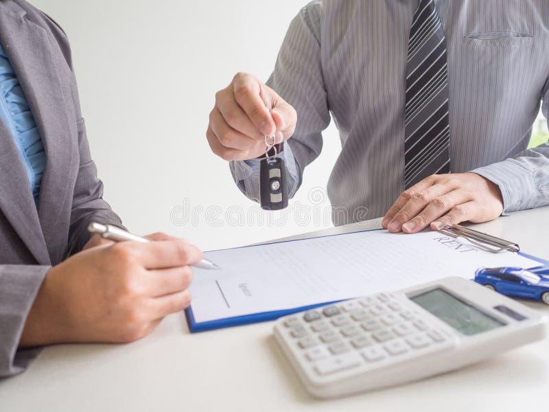 推销员签订租车服务租赁合同后向顾客交钥匙 库存照片