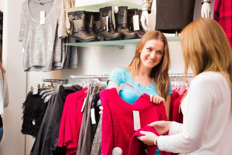 推销员谈话与顾客 免版税库存图片