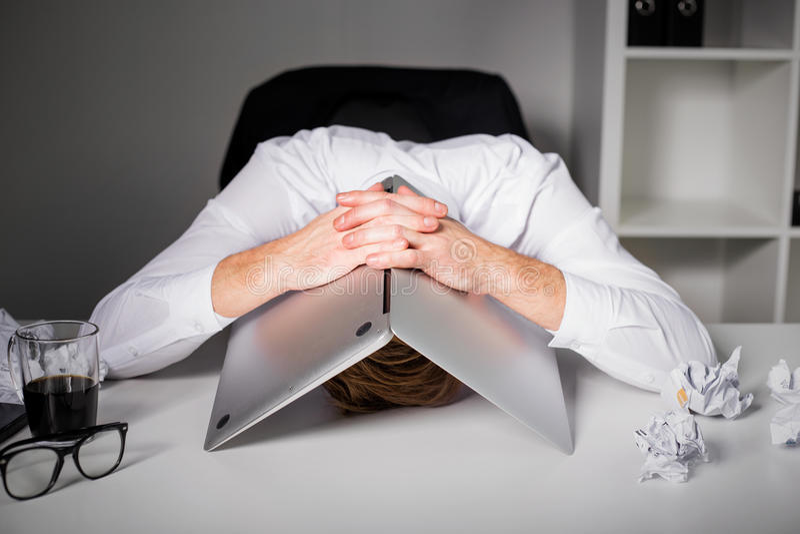 掩藏在膝上型计算机下的人 图库摄影