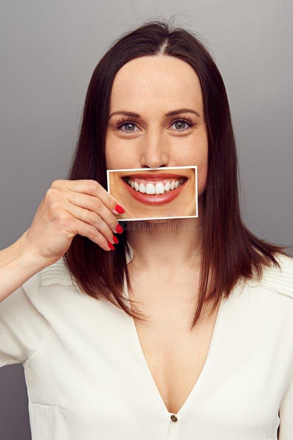 掩藏她的在微笑后的妇女情感 库存照片