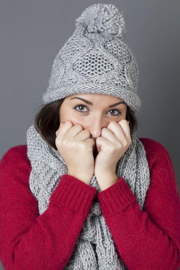 掩藏的厚颜无耻的少年在考虑冬天季节性问候 免版税库存图片