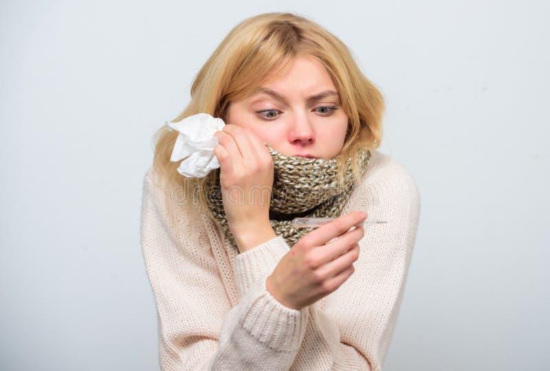 措施温度 断裂热病补救 季节性流感概念 妇女非常感觉 如何减少热病 热病 免版税库存照片