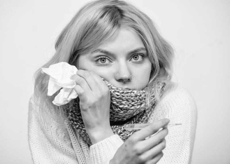 措施温度 热病概念 断裂热病补救 温度流感症状 由于热病,妇女非常感觉 库存图片