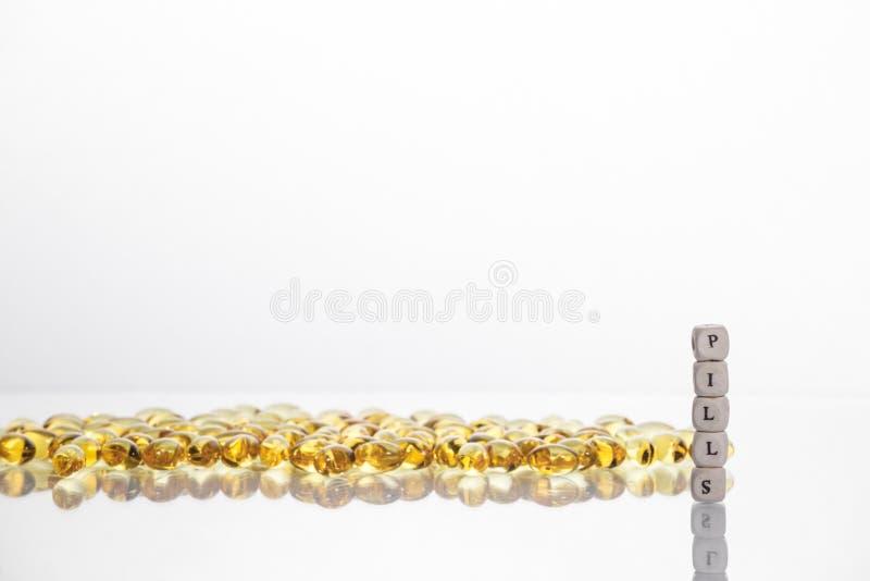 措辞从立方体和卵磷脂胶凝体药片信件的药片在l的 免版税库存图片