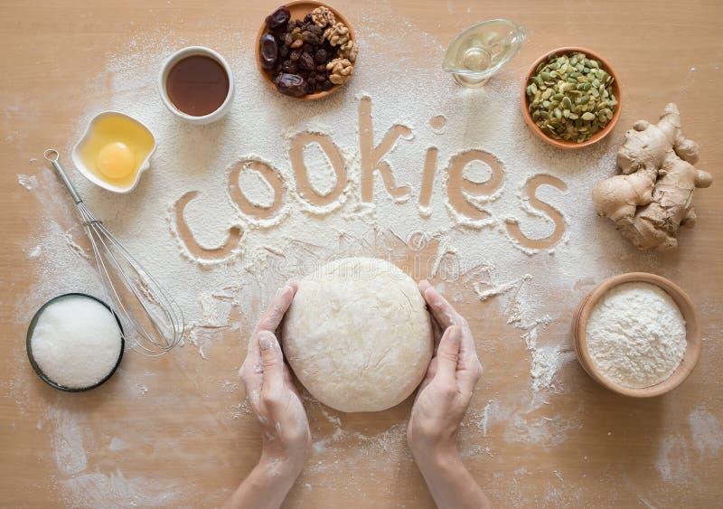措辞在面粉和产品集顶视图写的曲奇饼为烹调 免版税库存图片