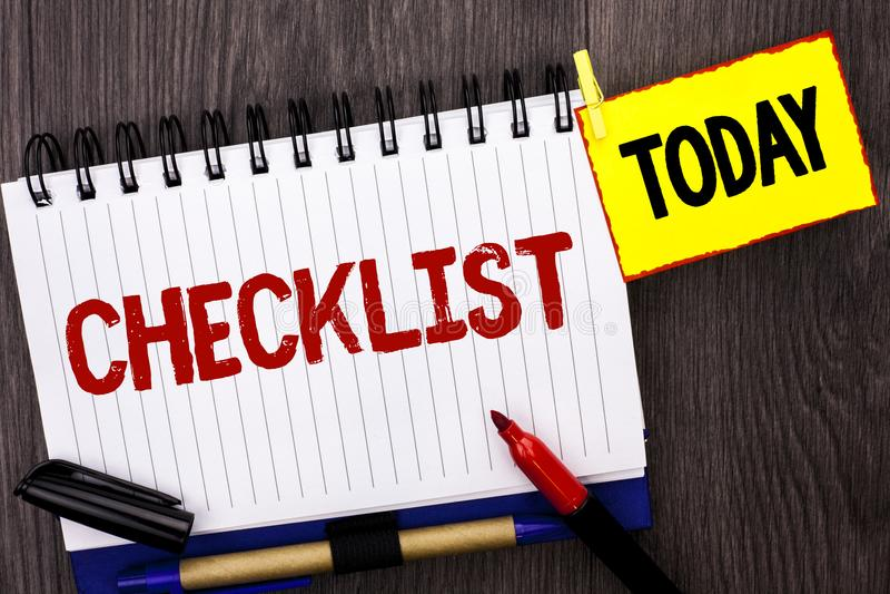 措辞文字文本清单在笔记本写的Todolist名单计划挑选报告反馈数据查询表的企业概念 免版税图库摄影