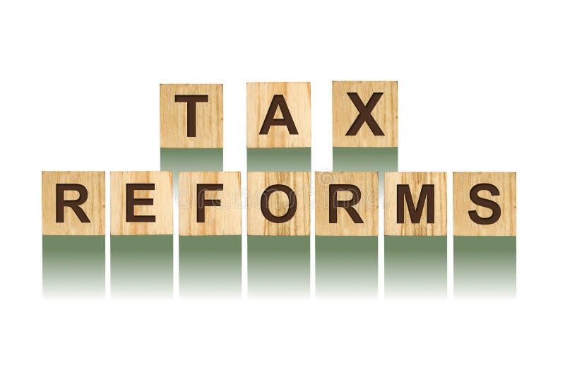 措辞税收改革,组成由在木建筑立方体的信件 白色背景,被隔绝的概念事务,财务 库存照片