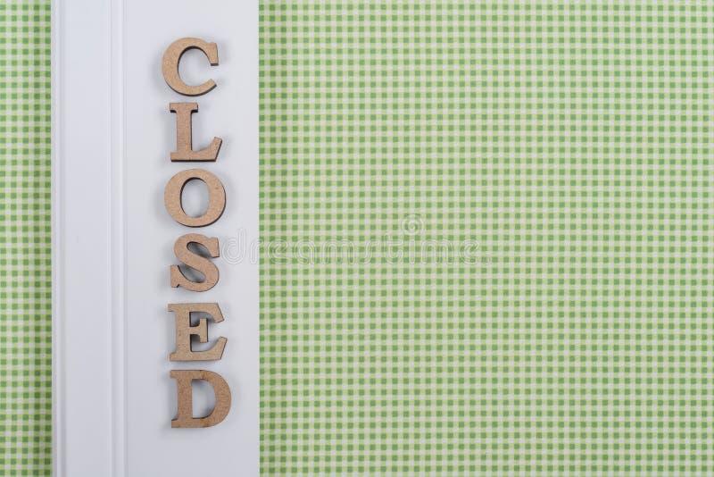 措辞闭合,摘要木信件,绿色白色背景 库存图片