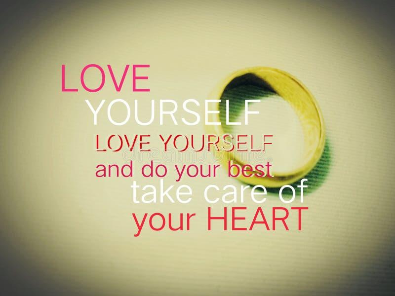 措辞-爱自己和尽力照料您的心脏和一个金黄圆环在背景中 库存图片