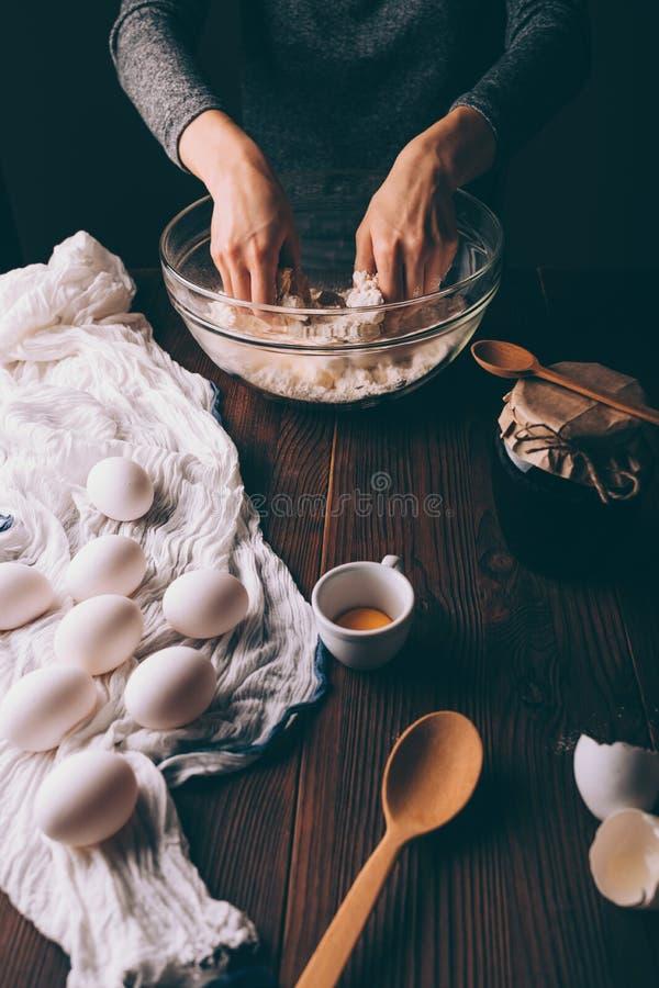 揉在大碗的女性的手面团 图库摄影