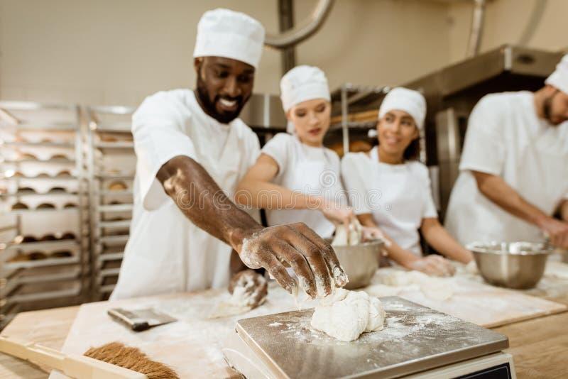 揉小组愉快的烘烤的制造的工作者 免版税库存图片