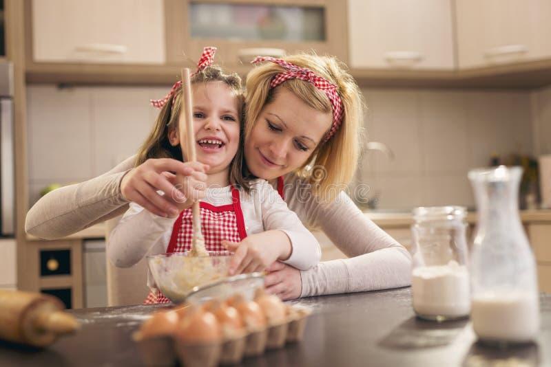 揉面团的母亲教的女儿 图库摄影