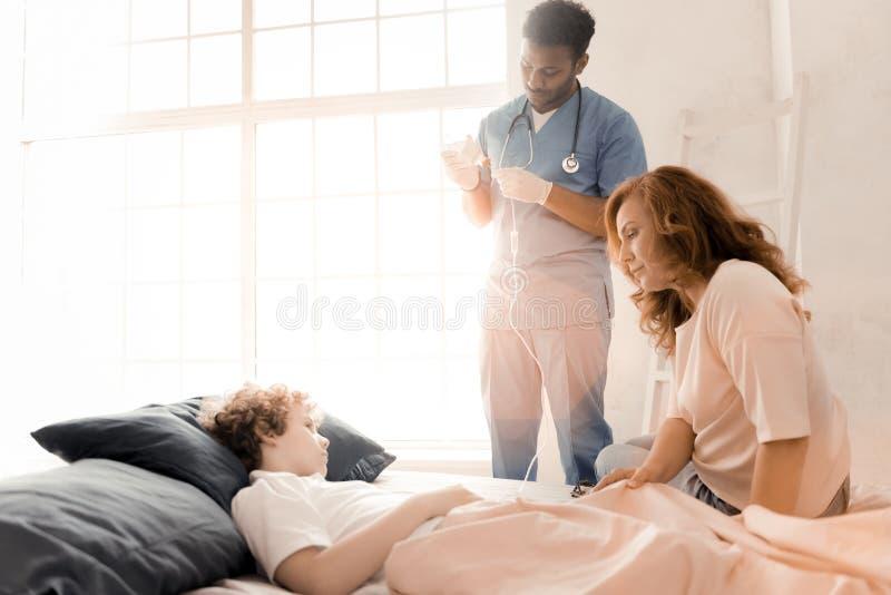 描出担心的妇女照片那看她的儿子 免版税库存图片