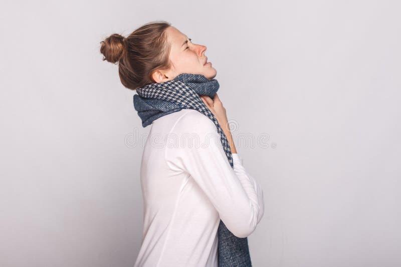描出接触她的脖子的看法病的妇女,有咳嗽,疼痛thro 免版税库存图片