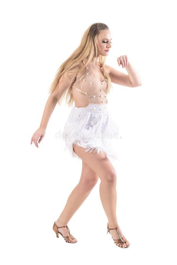 描出观点的看的服装的典雅的女性舞蹈家温文地跳舞和下来 免版税库存照片