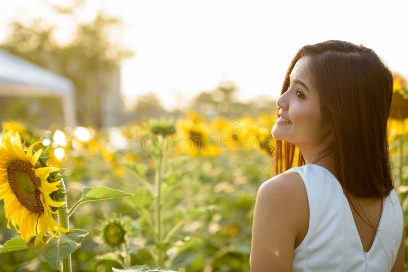 描出认为观点的年轻愉快的亚裔的妇女微笑和  库存图片