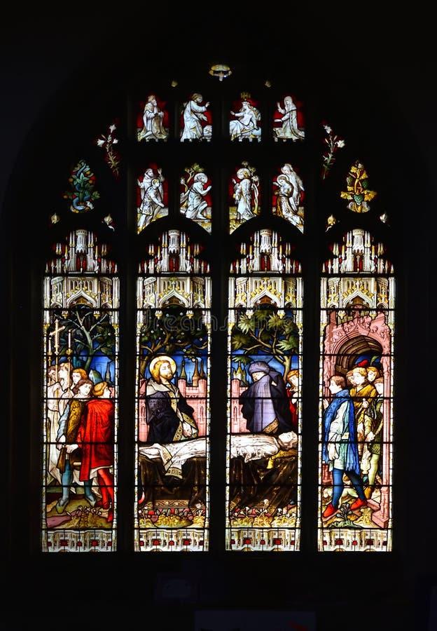描述上升Nain的寡妇的儿子的污点玻璃窗,一个奇迹的帐户耶稣 免版税库存图片