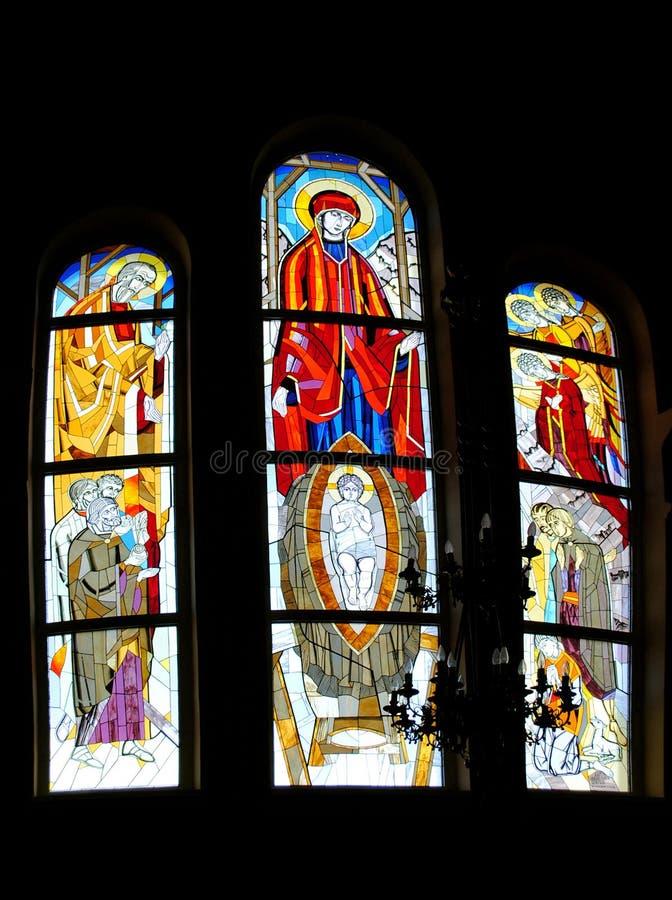 描述古庙的彩色玻璃宗教信徒 库存照片