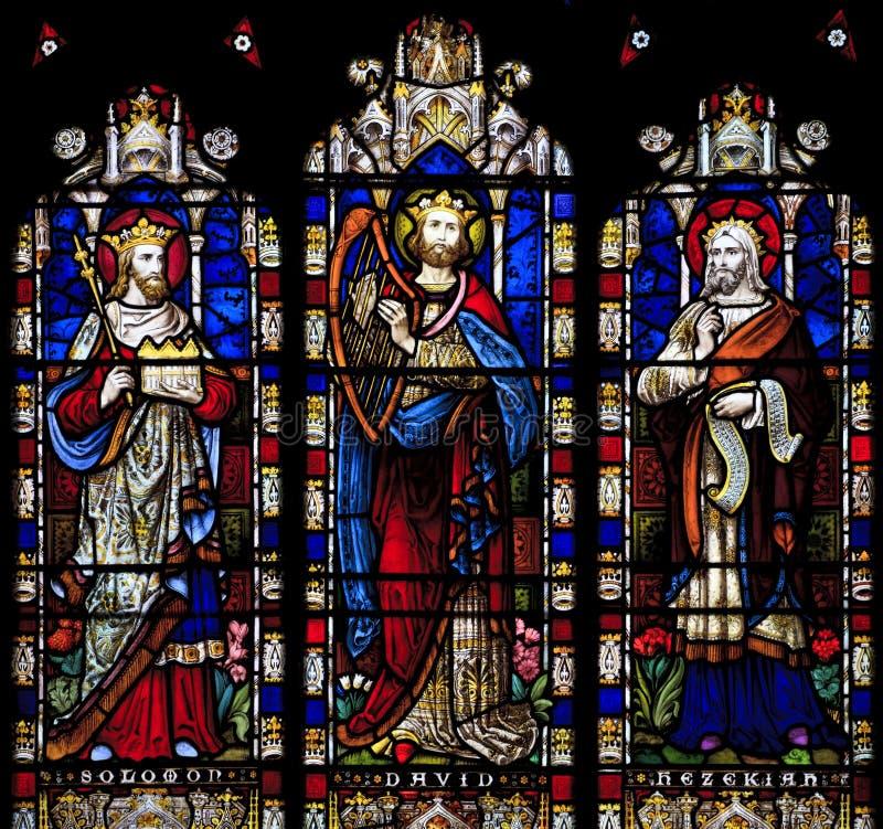 描述所罗门、大卫和Hezekiah的污迹玻璃窗在圣尼古拉教会,阿伦德尔,西萨塞克斯郡 免版税库存照片