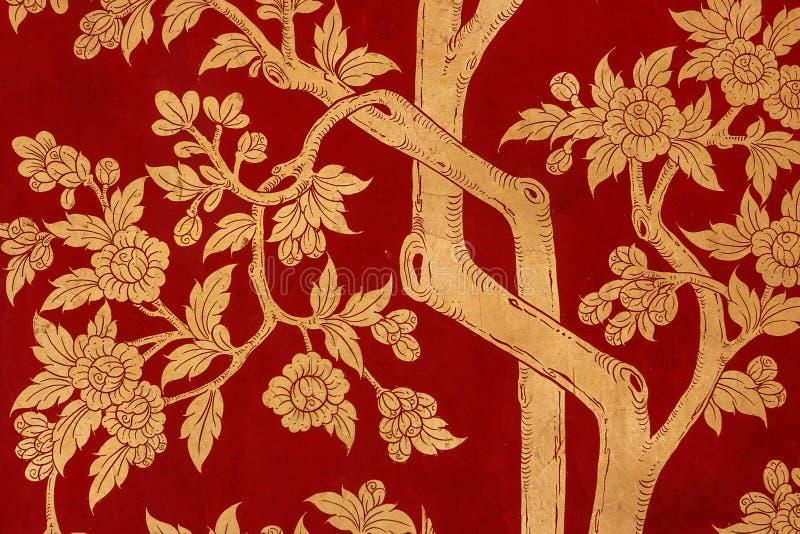 描述树和叶子在门的传统红色绘画在曼谷玉佛寺宫殿,亦称鲜绿色菩萨Te 库存照片