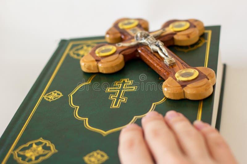 描述耶稣基督的在十字架上钉死圣经和十字架 库存图片