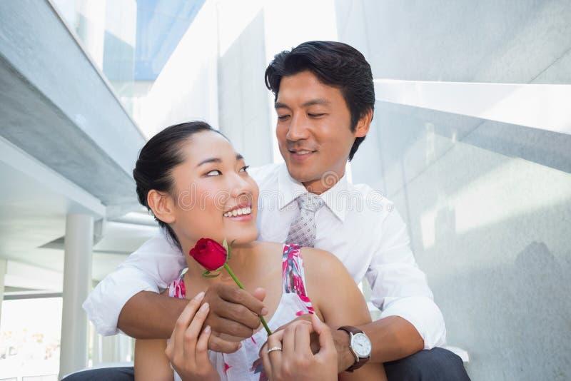 提供一朵红色玫瑰的人为女朋友 库存图片