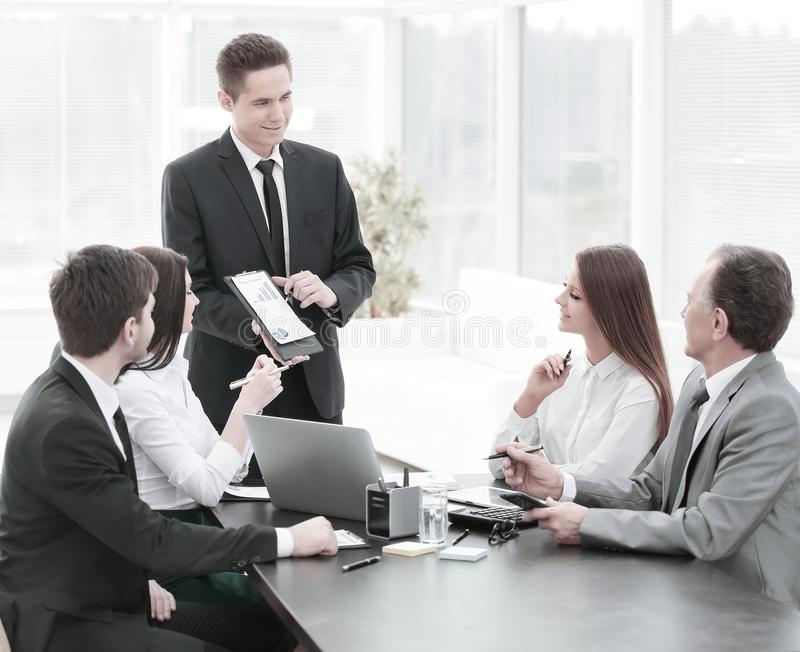 提供业务发展的新的想法公司的雇员在业务会议上 库存照片