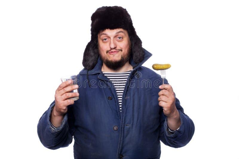 提供伏特加酒和开胃菜,欢呼的愉快,平安的俄国人 库存照片
