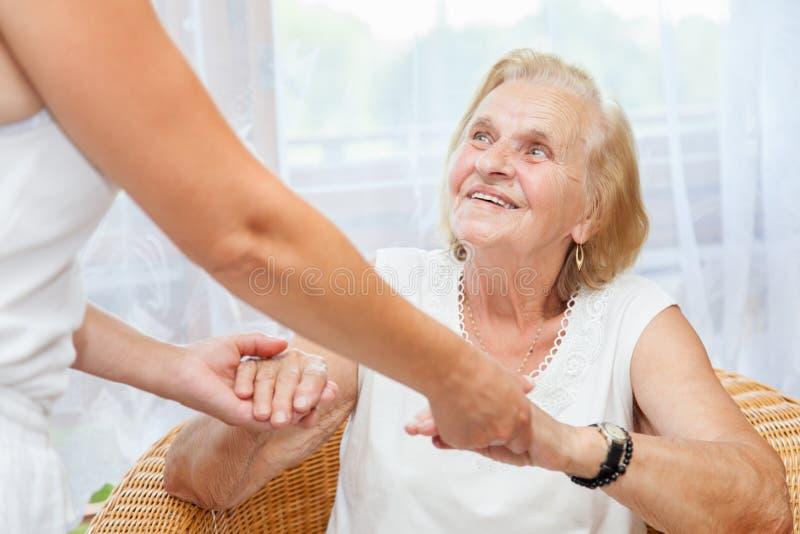 提供关心为老人 免版税库存照片