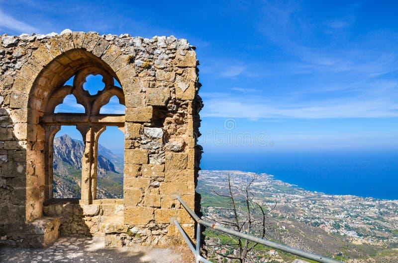 提供在塞浦路斯人凯里尼亚地区风景的圣Hilarion城堡的中世纪废墟一个惊人的看法和地中海 免版税库存照片