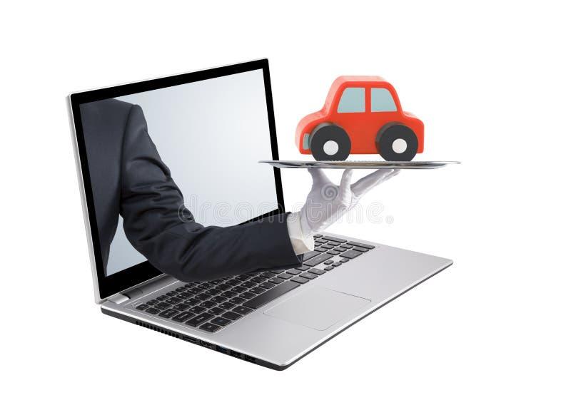 提供在银色盘子的商人红色汽车在膝上型计算机屏幕外面 免版税库存图片