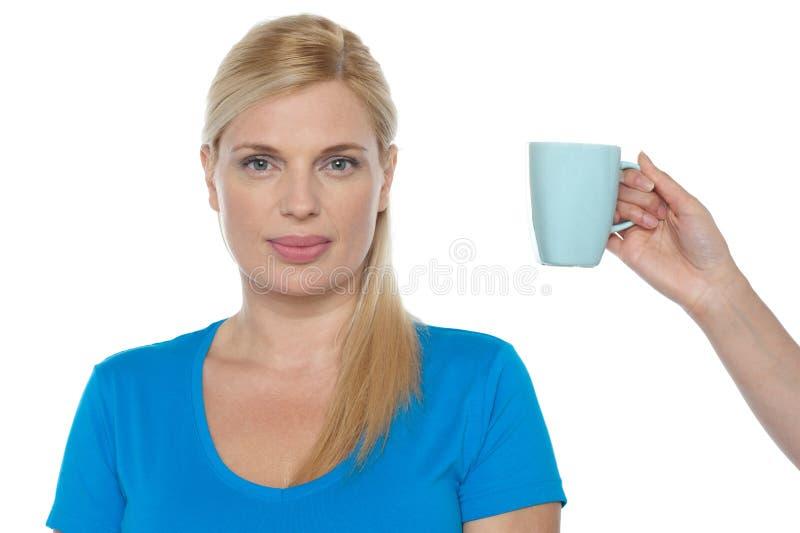 提供妇女一个杯子饮料 免版税库存图片