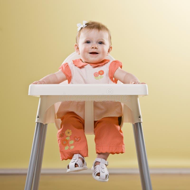 提供婴孩坐对等待的女孩高脚椅子 库存图片