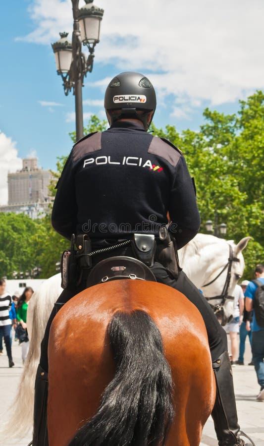 提供安全的登上的警察为游人在老镇,马德里,清楚的西班牙,夏日 库存照片