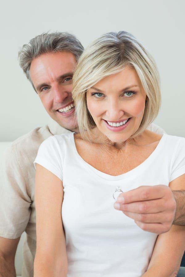 提供定婚戒指的一个人的画象 库存照片